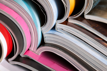 カラフルな雑誌のスタックをクローズ アップ。プレス、ニュース、雑誌のコンセプト