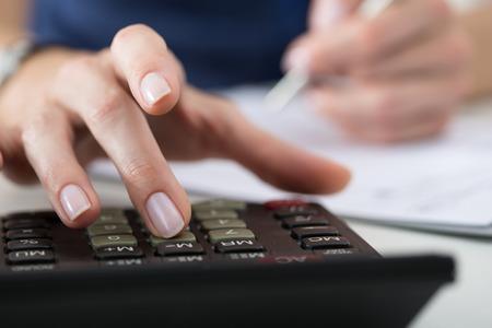 Close-up van vrouwelijke accountant of bankier maken van berekeningen. Besparingen, financiën en economie Het concept Stockfoto - 46777695