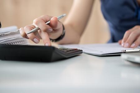 impuestos: Cierre de contable de sexo femenino o cálculos banquero decisiones. Ahorros, finanzas y economía concepto. Copia espacio