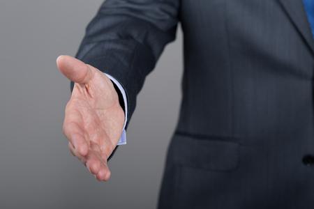 felicidades: El hombre de negocios que ofrece su mano para apretón de manos. Saludo o congradulating gesto. Reunión de negocios y el éxito