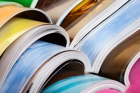 Primer plano de la pila de revistas de colores. Prensa, noticias y revistas concepto