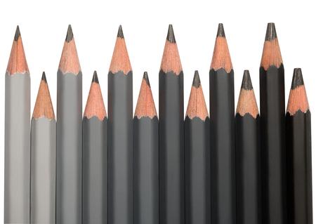 Wiersz z czarnych grafitowych ołówków o różnej twardości kolorowego od jasnoszarego do czarnego.