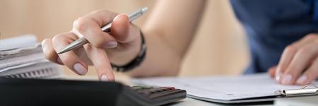calculadora: Cierre de contable de sexo femenino o cálculos banquero decisiones. Ahorros, las finanzas y el concepto de la economía. formato de buzón Foto de archivo