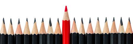 Een rood potlood staande uit de rij van zwarte potloden. Brievenbus-formaat