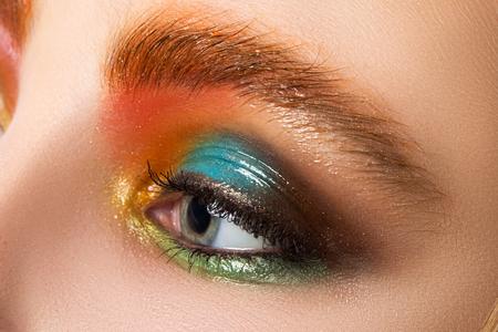 schöne augen: Sicht der Frauen Auge mit schönen modernen Make-up Close-up. Bunte somey Augen. Wet Make-up.