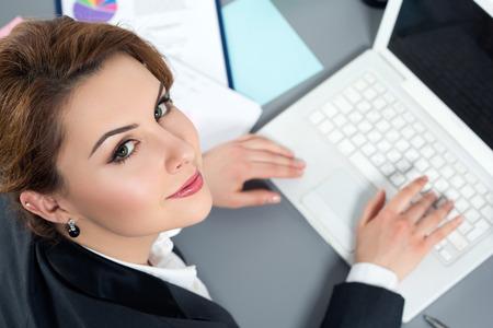 mujeres trabajando: Mujer de negocios joven que trabaja en su oficina. Vista de ángulo alto. Foto de archivo