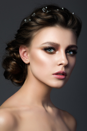 Portret van jonge mooie vrouw met bruids make-up en kapsel. Modern smokey eyes make-up. Studio-opname. Salon make-up