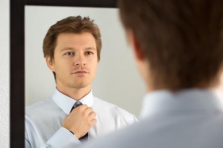 Stattlicher Geschäftsmann, der offiziellen Event vorbereiten, gerade Krawatte. Neue Job-Interview, Selbstmotivation für das Vertrauen und versuchen, modische Krawattenknoten, Schneider-Service-Konzept