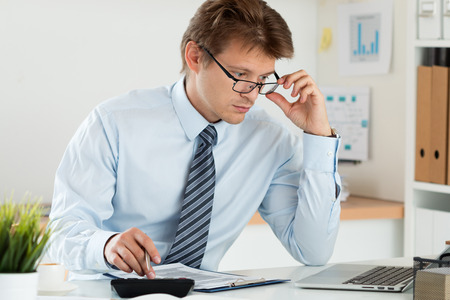 簿記や財務官の報告、彼のメガネを調整する計算や残高を確認するの肖像画。家庭の財政、投資、経済、お金や保険の概念を保存