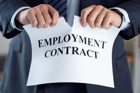 雇用契約を破る実業家の手のクローズ アップ。上司は従業員を退去させます。破産、冗長性、および取得の概念を発生します。従業員の仕事を失う