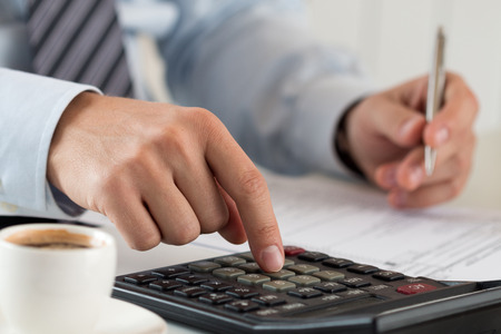 닫기 남성 회계사 또는 은행의 계산 또는 확인 균형을 닫습니다. 회계 또는 재무 보고서를 만드는 재무 관리자. 홈 재정, 투자, 경제, 돈을 절약 또는 보