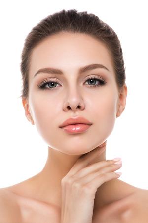Retrato de la mujer caucásica joven hermosa que toca su cara aisladas sobre fondo blanco. limpieza de la cara, la piel perfecta. terapia de spa, cuidado de la piel, cosmetología y el concepto de la cirugía plástica