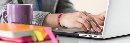 Close-up van zakenvrouw, ontwerper of student handen werken op de laptop. Online verre onderwijs, het schrijven blog, freelance, mobiele betalingen, werken op kantoor of thuis concept.