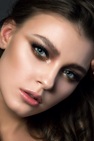 Portrait Gros plan de la belle jeune femme avec le maquillage de mariée et coiffure. yeux smokey modernes forment. Studio shot. Salon de maquillage Banque d'images - 65955304