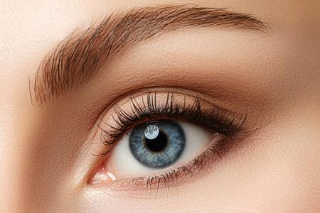 아름다운 푸른 여성 눈의보기를 닫습니다. 좋은 비전, 콘택트 렌즈, 신뢰 또는 관찰 개념