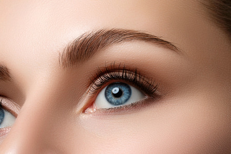 美しいブルーの女性の目のビューを閉じます。良好な視力、コンタクト レンズ、信頼または観察の概念