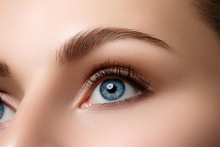 아름 다운 푸른 여성 눈의 뷰를 닫습니다. 좋은 시력, 콘택트 렌즈, 신뢰 또는 관찰 개념