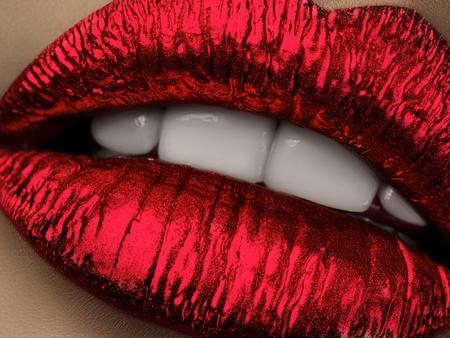 メタリックな赤い口紅で唇を美しい女性のビューを閉じます。白い歯と口を開けて。ファッションやドラッグ ストア美容メイクのコンセプトです。