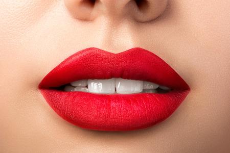 Bouchent la vue des lèvres de la belle femme avec rouge à lèvres mat rouge. Bouche ouverte avec des dents blanches. Concept de maquillage cosmétologie, pharmacie ou mode. Coup de studio de beauté. Bisou passionné Banque d'images - 92927341