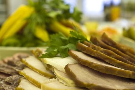 festal: pezzi di carne a fette sul tavolo festal Archivio Fotografico