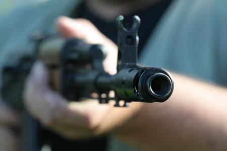 pr�voyance: russe fusil-mitrailleur AK-47 dans les mains de quelqu'un
