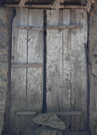 Permanent: Oude houten deur aan korea dicht permanent, lokale kunst & cultuur van korea Stockfoto