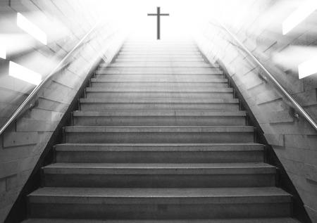 Trap omhoog gaat naar de christelijke religieuze kruis met licht