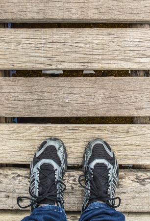 staan voet op de oude houten brug