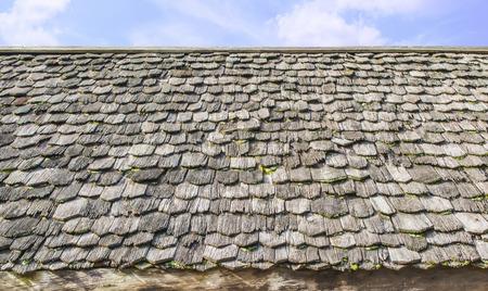 houten dakpannen met hemelachtergrond