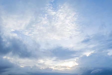 blauwe hemel met klaver in de schemering