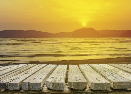 houten vloer met strand achtergrond Stockfoto