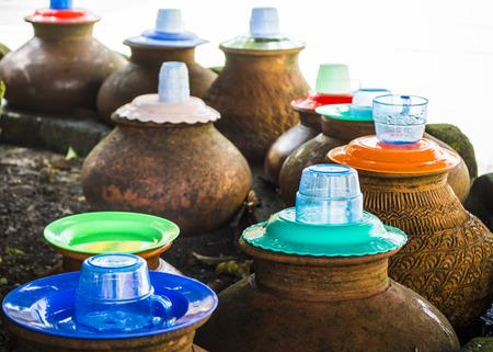 Openbaar drinkwater in Myanmar met witte achtergrond, focus op 2e plastic glas