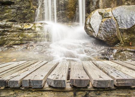 houten vloer met water vallen achtergrond
