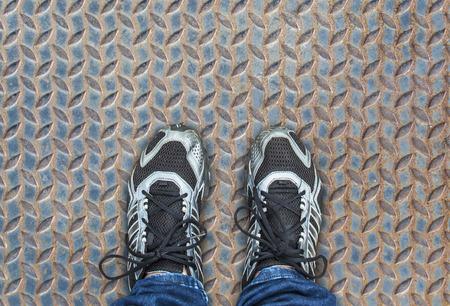 Voet staande op de metalen vloer