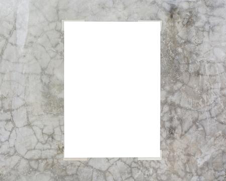 Witte plakkaart op de muur gepolijst beton
