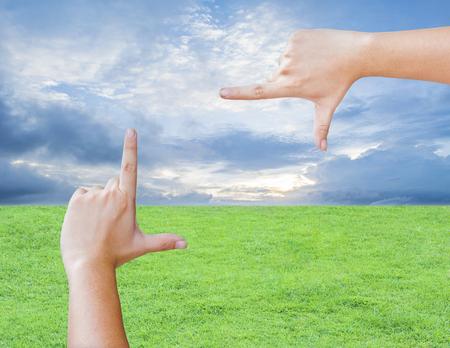 vinger frame met groene grasveld en de hemel achtergrond