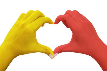 handen in de vorm van hart met gele en rode gekleurde, geïsoleerde achtergrond
