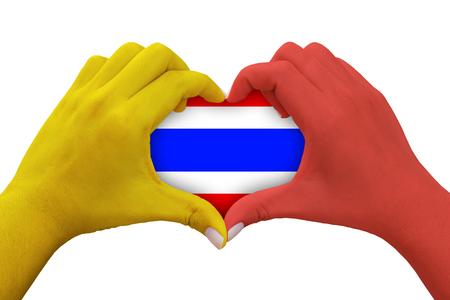 handen in de vorm van hart met geel en rood gekleurd en Thailand vlag symbool, geïsoleerde achtergrond