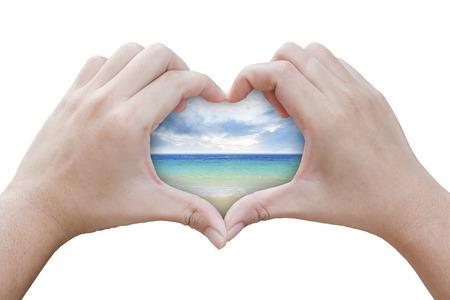 handen in de vorm van hart met zee achtergrond