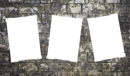 drie witte lege bord geplakt op de muur