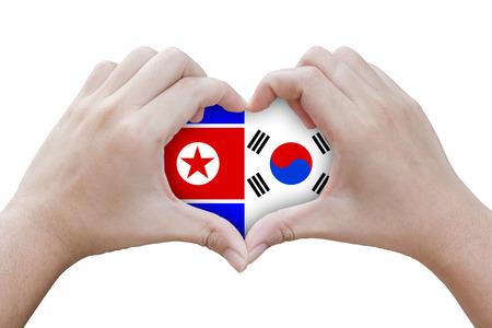 handen in de vorm van een hart met symbolen van de vlag van Noord-en Zuid-Korea, geïsoleerde achtergrond
