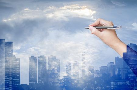 de hand tekening op de hemel en de stad achtergrond, dubbele belichting proces Stockfoto