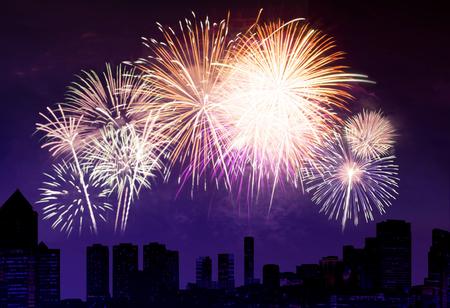 morado: fuegos artificiales con el cielo nocturno y el fondo de la ciudad