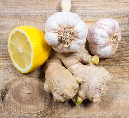 ajo: El jengibre, lim�n y ajo, productos alimenticios frescos y saludables, el concepto de la medicina natural. Foto de archivo