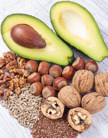 Bronnen van omega 3 vetzuren: lijnzaad, avocado, walnoten en zonnebloem. Stockfoto