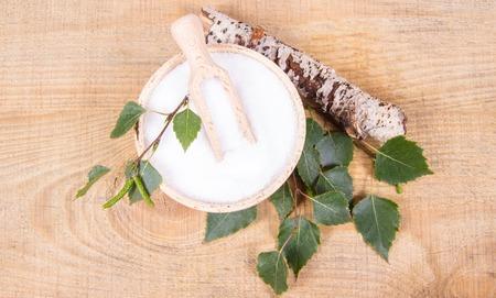 Xylitol - suiker substituut voor diabetici. Berkensuiker op houten achtergrond.