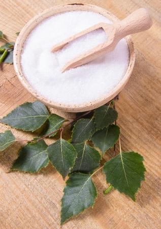 Ksylitol - substytut cukru dla diabetyków. Brzoza cukru na drewnianym tle. Zdjęcie Seryjne