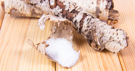 キシリトール-糖尿病患者のための砂糖の代用。木製の背景に白樺の砂糖。