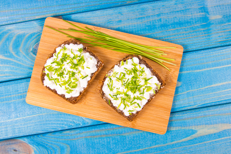 Sandwiches with granulated white cheese and chives. Healthy breakfast concept. Zdjęcie Seryjne
