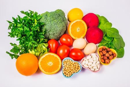 ビタミンB9(酸の葉)と食物繊維、ミネラルの天然源、健康的な栄養概念を含む栄養価の高い製品。